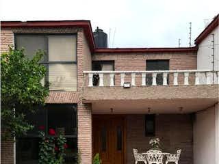 Un gran edificio con un reloj en el lado en Casa en Venta en Ciudad Satelite Naucalpan de Juárez