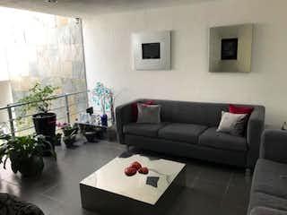 Una sala de estar con un sofá y una mesa de café en Casa en Venta en Vista del Valle Naucalpan de Juárez