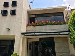 Un edificio con flores delante de él en Casa en Venta en Paseos del Bosque Naucalpan de Juárez