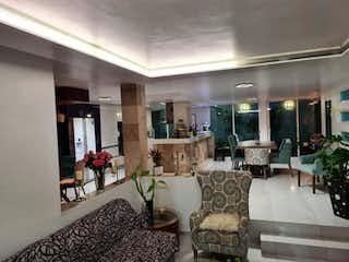 Una sala de estar llena de muebles y una lámpara de araña en Casa en Venta en Valle Dorado Tlalnepantla de Baz