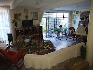 Una sala de estar llena de muebles y una ventana en Casa en Venta en Jardines de San Mateo Naucalpan de Juárez