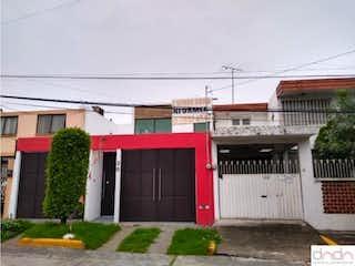 Un edificio de ladrillo rojo con una boca de incendios roja en Casa en Venta en Ciudad Satelite Naucalpan de Juárez