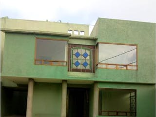 Un edificio con un reloj en el costado en Casa en Venta en Guadalupe Victoria Ecatepec de Morelos