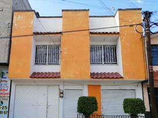 Un edificio con una ventana y un edificio en el fondo en Casa en venta en Las Aguilas de 3 recámaras