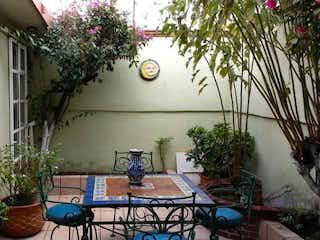 Una sala de estar con una planta en maceta en la parte superior en Casa en Venta en Villa de las Flores 1a Sección (Unidad Coacalco) Coacalco de Berriozábal