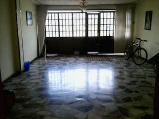 Una habitación con una cama y una mesa en ella en Casa En Venta En Bogota Torremolinos