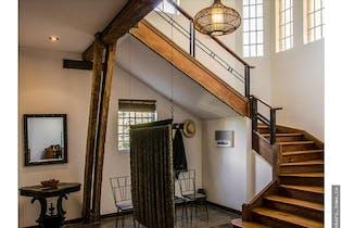 Casa Patrimonio Arquitectonico,cuenta con 2 parqueaderos cubiertos.