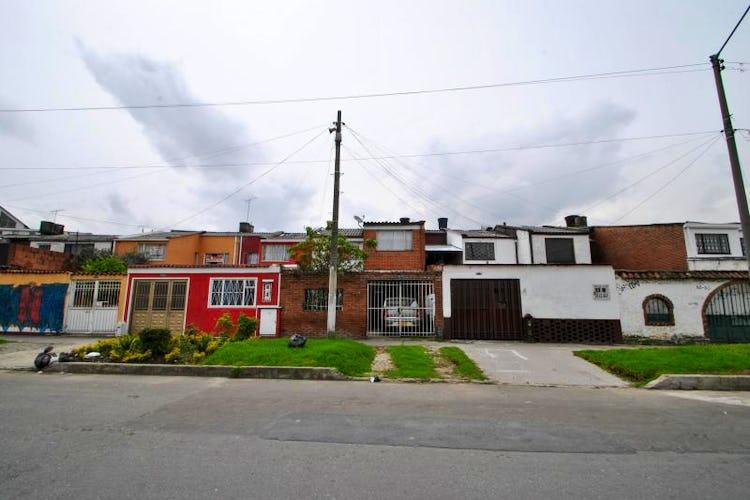 Portada Casa En Venta En Bogota Alamos - con antejardín