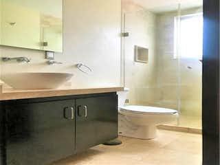 Un cuarto de baño con lavabo y ducha en Casa en Venta en Colonial Satelite Naucalpan de Juárez