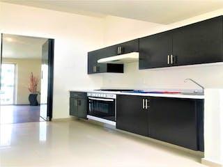 Una cocina con electrodomésticos de acero inoxidable y armarios blancos en Casa en venta en Lomas Verdes 5ta Secc (La Concordia) de 3 hab.