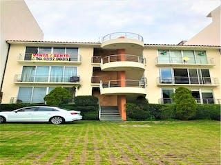 Un gran edificio con un reloj en él en Casa en venta en Lomas Verdes 5ta Secc (La Concordia) de 3 recámaras