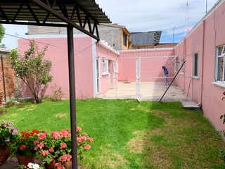 Un edificio de ladrillo rojo con flores rojas en él en Casa en Venta en Coacalco Berriozabal Coacalco de Berriozábal