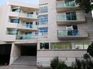 Un edificio que tiene un montón de ventanas en Departamento en venta en Valle Escondido de 2 hab. con Jardín...