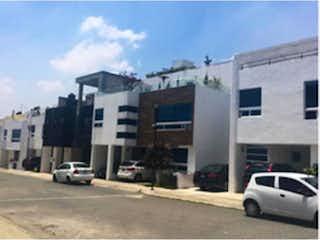 Un coche está estacionado en el lado de la calle en Casa en venta en Loma Linda, 308m²