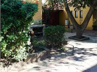 Un árbol en medio de un parque en Casa en venta en Fracc Vista Del Valle Electricista con Jardín...