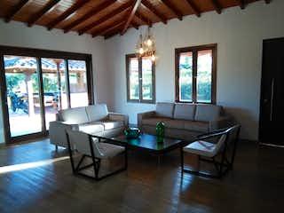 Una sala de estar llena de muebles y una gran ventana en Villas de llanogrande