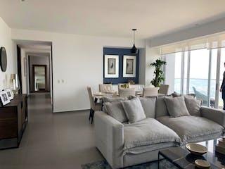 Una sala de estar llena de muebles y una televisión de pantalla plana en Departamento en venta en Bosque Real Country Club con acceso a Jardín