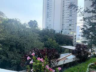 Un gran jardín con flores en él en Casa en venta en Bosque Real Country Club, 203m² con Bbq...