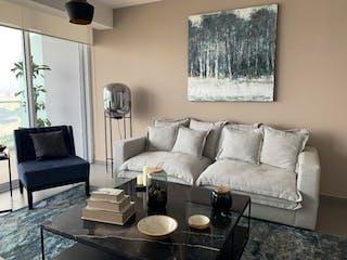 Una sala de estar con un sofá y una mesa de café en Departamento en venta en Bosque Real Country Club de 3 alcobas