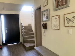 Una cocina con nevera y una ventana en Casa en venta en Bosque Real Country Club con Jardín...