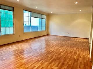 Una vista de una sala de estar con suelos de madera en Casa en Venta en Hacienda de las Palmas Huixquilucan