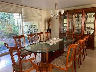 Una habitación con una mesa de madera y sillas en Casa en Venta en Ciudad Satelite Naucalpan de Juárez