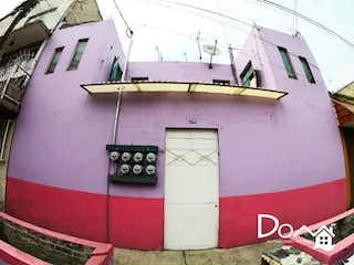 Un reloj en el lado de un edificio en Casa en Venta en Metropolitana Primera Sección Nezahualcóyotl