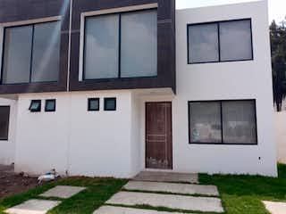 Una habitación que tiene un montón de ventanas en ella en Casa en Venta en Hacienda del Parque 2a Sección Cuautitlán Izcalli