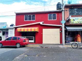 Un coche rojo estacionado delante de un edificio en Casa en venta en Izcalli Del Valle de 6 recámaras