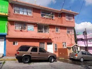 Un camión estacionado delante de un edificio en Casa en Venta en Benito Juarez Naucalpan de Juárez