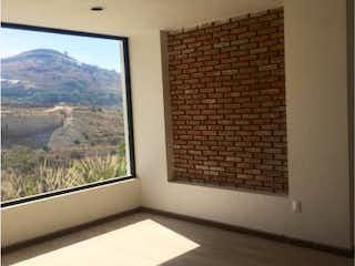 Un cuarto de baño con un inodoro y una ventana en Casa en Venta en Residencial Lago Esmeralda Atizapán de Zaragoza