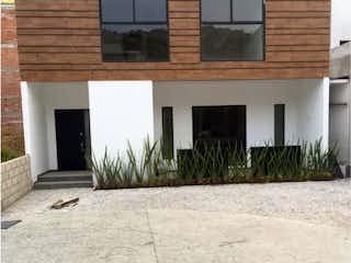 Un edificio de ladrillo con una hidrante de fuego amarillo en Casa en venta en Adolfo Lopez Mateos de 3 hab. con Jardín...