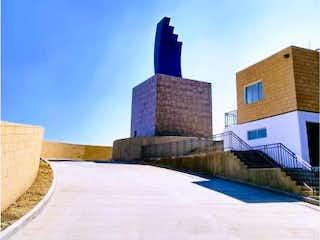Una persona está de pie en el lado de un edificio en Casa en venta en La Mancha 1 de 102m² con Jardín...