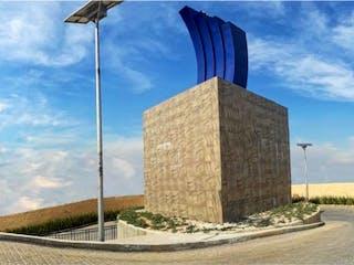 Un edificio alto con una bandera en él en Casa en venta en El Pedegral 102m² con Jardín...