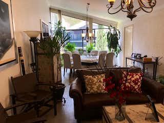 Una sala de estar llena de muebles y una gran ventana en Departamento en Venta en Valle de las Palmas Huixquilucan