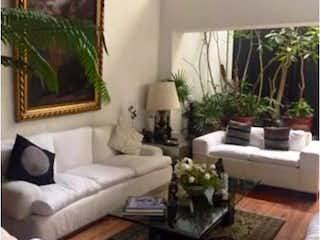 Una sala de estar llena de muebles y una gran ventana en Casa en venta en Lomas Hipodromo, Estado de México, de 306 mts2