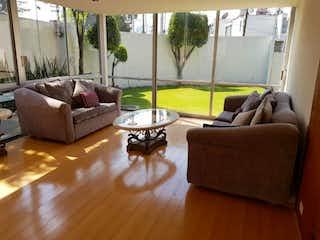Una sala de estar llena de muebles y un suelo de madera en Departamento en Venta en Lomas de Tecamachalco Naucalpan de Juárez