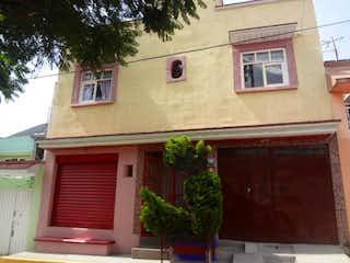 Un edificio con un reloj en el costado en Casa en Venta en Tierra Blanca Ecatepec de Morelos