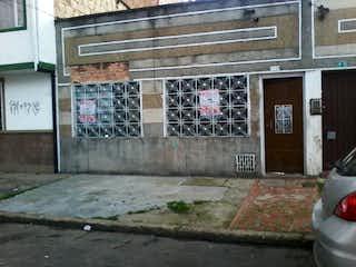 Un edificio de ladrillo con un montón de graffiti en él en Casa