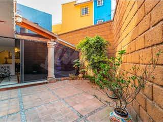 Un edificio de ladrillo con un letrero en la calle en Casa en Venta en Jardines Bellavista Tlalnepantla de Baz