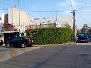 Un coche estacionado delante de un edificio en Casa en Venta en Reforma Iztaccihuatl Norte Iztacalco