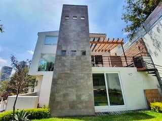 Un edificio de ladrillo alto con una torre de reloj en Casa en Venta en Bosque Real Country Club Huixquilucan
