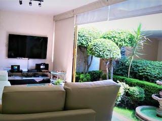 Una sala de estar llena de muebles y una televisión de pantalla plana en Casa en Venta en Jardines de San Mateo Naucalpan de Juárez