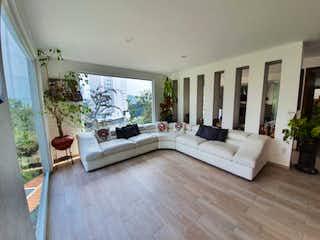 Una sala de estar llena de muebles y una gran ventana en Casa en venta en Bosque Real Country Club Huixquilucan de 250 mts2.