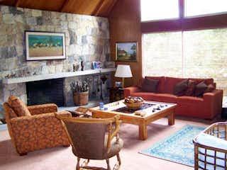 Una sala de estar llena de muebles y una chimenea en Casa En Venta En Bogota Colina De Suba