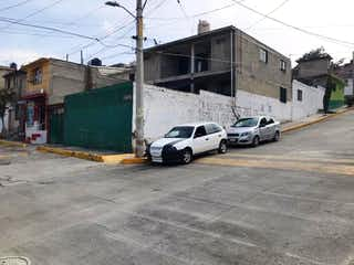 Un par de coches estacionados delante de un edificio en Casa en venta en Benito Juarez 226m²