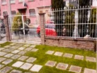 Un perro está mirando fuera de una jaula en Casa en Venta en Jardines Bellavista Tlalnepantla de Baz