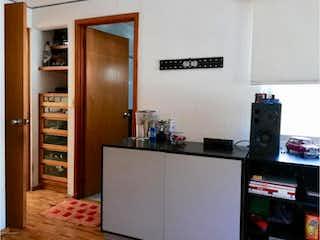 Cocina con nevera y microondas en Casa en venta en Del Valle de 3 recámaras