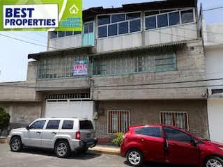 Un par de coches estacionados delante de un edificio en Casa en Venta en Dario Martinez I Valle de Chalco Solidaridad