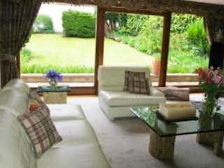 Una sala de estar llena de muebles y una gran ventana en Casa En Venta En Bogota Santa Ana